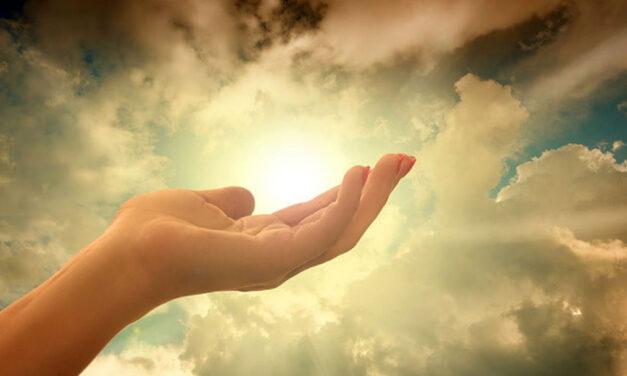 Estender as mãos para Jesus.
